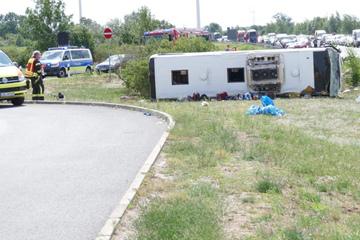 Reise-Drama auf der A13: Bus kippt um, zahlreiche Schwerverletzte