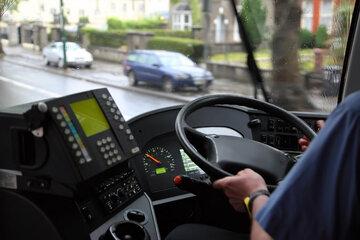 Busfahrer fährt Fußgänger (89) an, weil Polizei ihn angeblich abgelenkt hat