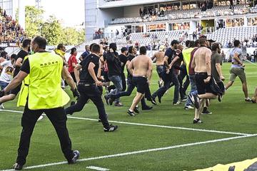 Skandal! Fußball-Fans stürmen Spielfeld und prügeln sich