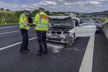 Unfall A8: Auffahrunfall auf der A8: Crash mit drei Autos und fünf Verletzten