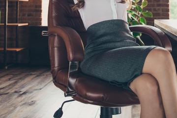 Frau setzt sich auf Bürostuhl, wenig später muss sie ins Krankenhaus