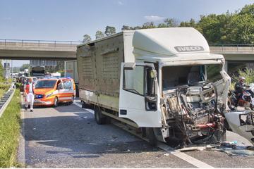Unfall A5: Laster kracht in Fahrzeugkolonne: Schwer verletzter Fahrer muss aus Lkw geschnitten werden