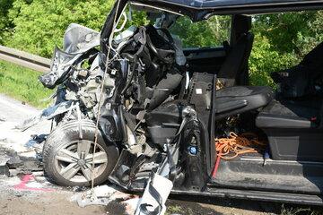 Chemnitz: Unfall auf Bundesstraße: VW-Transporter völlig zerstört! Verletzter von Rettern befreit