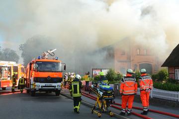 Bauernhaus geht in Flammen auf: Feuerwehr stundenlang im Einsatz