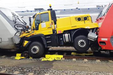 Kurioser Unfall: Auto von gleich zwei Zügen eingequetscht