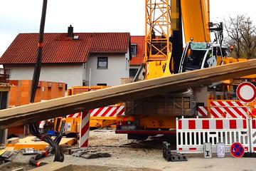 Kran verliert Ladung: Zehn Meter langes Bauteil kracht auf Führerhaus