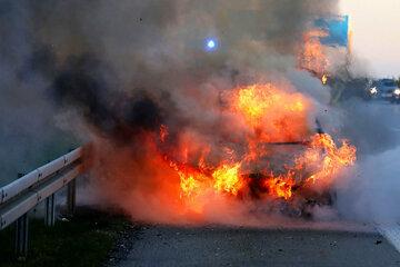 Mercedes geht in Flammen auf: Feuerwehreinsatz auf der A4