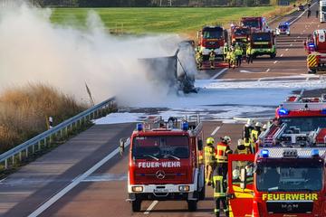Unfall A9: Gefahrgut-Laster steht in Flammen: A9 teilweise gesperrt