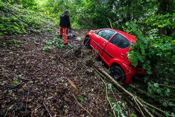 Unfall im Vogtland: Auto kommt von Straße ab und landet in Böschung