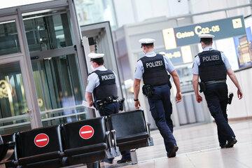 Hamburg: Nach 24 Stunden Verspätung: Fluggäste erzwingen Start in Hamburg