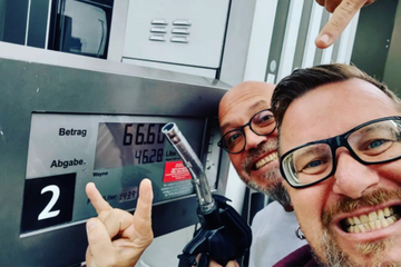 Frankfurt: Böser Benzinpreis: Mundstuhl treiben an Tankstelle teuflischen Unsinn