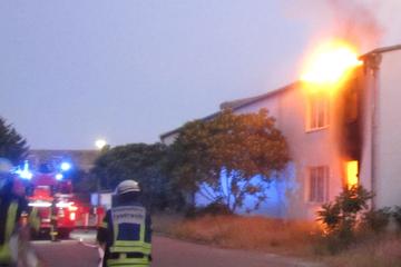 Werkstatt mit Fahrzeugen geht in Flammen auf: 100.000 Euro Schaden