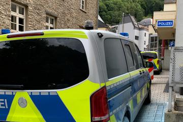 Direkt vor Polizeiwache: Schon wieder Streifenwagen in Brand gesetzt!