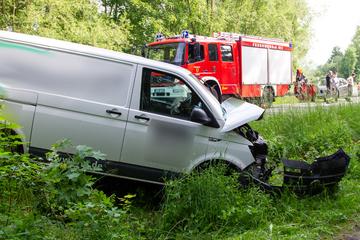 Heftiger Crash: Zu schnell und nicht angeschnallt in den Graben geschleudert