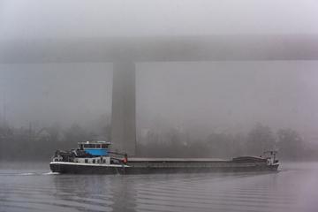 Kilometerlange Ölspur auf der Donau in Passau
