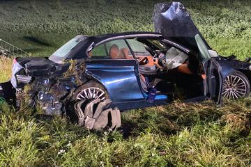 Unfall A81: Vater kommt im Aston Martin von Straße ab, kracht gegen Brückenpfeiler und stirbt: Kinder schwer verletzt