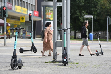 Chemnitz: Sie stehen oft mitten im Weg: Ärger um wild abgestellte E-Roller in Chemnitz