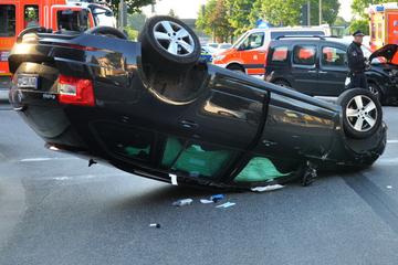 Bei Rot gefahren? Auto landet bei Kreuzungsunfall auf dem Dach