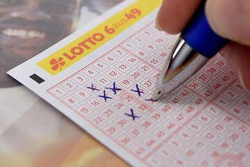Wer ist der mysteriöse Millionen-Gewinner? Lotto-Spieler sollten jetzt ihre Scheine kontrollieren!