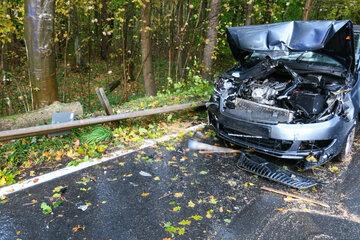 Unfall im Erzgebirge: Skoda-Fahrer kracht gegen umgestürzten Baum