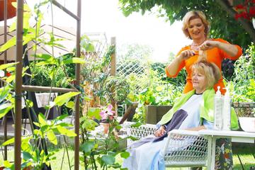 Ha(a)rmonie im Garten: Friseurin schnippelt jetzt unterm Apfelbaum