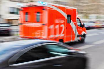 Elfjähriger Radfahrer von Bus erfasst und schwer verletzt