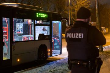 Streit um Maskenpflicht eskaliert: 25-Jähriger geht auf Busfahrer los, Opfer verletzt im Krankenhaus