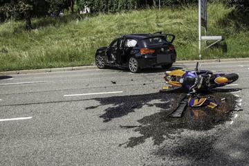 Autofahrerin wendet auf Landstraße: Motorradfahrer crasht und stirbt an der Unfallstelle
