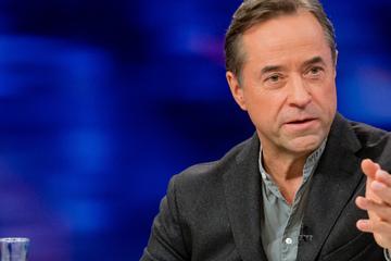 "Jan Josef Liefers kündigt Video für #allesaufdentisch an: Gesellschaft soll ""abstruse Meinung"" aushalten"