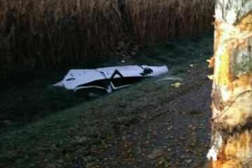 50-Jähriger stirbt bei Unfall! Auto kracht gegen Baum und wird in mehrere Teile gerissen