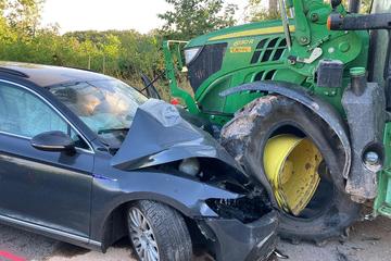 VW kracht in Gegenverkehr und wird von Traktor zerquetscht
