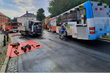 Lkw und Linienbus kollidieren in Bischofswerda: Vier Verletzte, S111 voll gesperrt