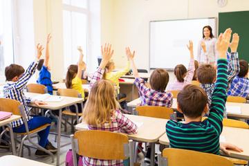 Corona-Gegner gründen illegale Schule, Behörden sehen nur zu