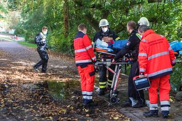 55-jähriger Mann stürzt kopfüber ins Wasser! Zeuge zögert keine Sekunde