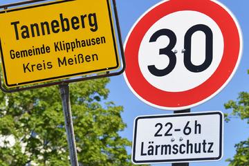 Ärger über Lkw-Verkehr von der A4: Amt verfügt Tempo 30 - aber leider nur nachts