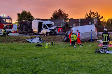Tödliches Überholmanöver: Kleintransporter krachen frontal ineinander, Traktor kippt um