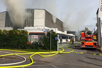 Hallenbrand in Düsseldorf: Flammen nach fünfstündigem Einsatz gelöscht