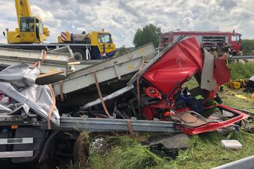 Unfall A38: A38: Ladung rutscht nach vorn und klemmt Lkw-Fahrer fast drei Stunden ein