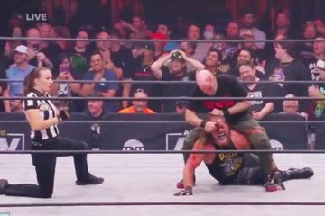 Wrestler wird im Fight mit Pizzaschneider die Stirn aufgeschnitten