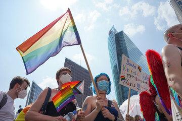 Berlin: Attacke beim CSD: Junger Mann mit Regenbogenflagge von Mob brutal attackiert