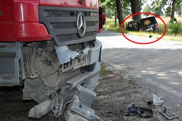 Lkw kollidiert nördlich von Dresden mit VW T6: Transporter landet im Graben