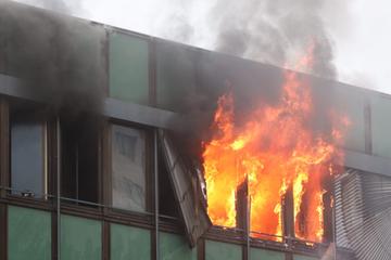 Berlin: Feuer in Marzahn: Flammen aus Zimmerfenstern im Ärztehaus