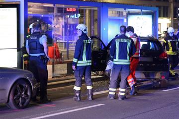 Zwei Verletzte! Frau (62) kracht mit Peugeot in Haltestelle am Goerdelerring