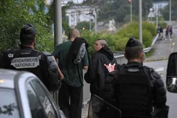 Polizei löst illegale Party auf: Mann verliert bei Krawallen eine Hand!