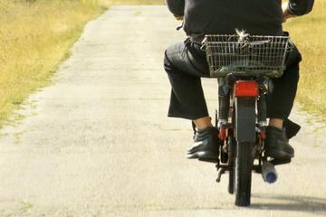 Mann mit Bierkiste auf Moped erwischt: Dann wird es richtig skurril
