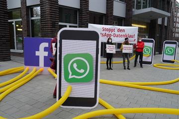 Aktivisten demonstrieren vor Facebook-Zentrale gegen neue WhatsApp-Bestimmungen