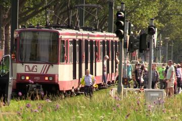 Radler (22) in Düsseldorf von Straßenbahn erfasst: Hubschrauber im Einsatz