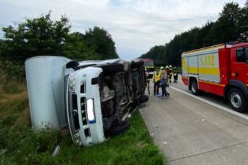Unfall A1: Reifen geplatzt! Wohnmobil schleudert über Fahrbahn und kippt um