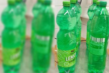 Wer aus diesen Limo-Flaschen trinkt, dem drohen Halluzinationen und Wahn