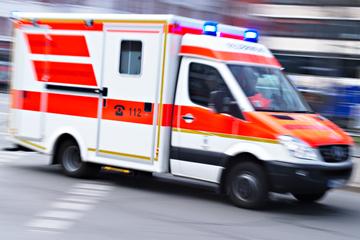 Feuerwehr befreit Bauarbeiter mit Kran aus Schacht: Mann in Klinik